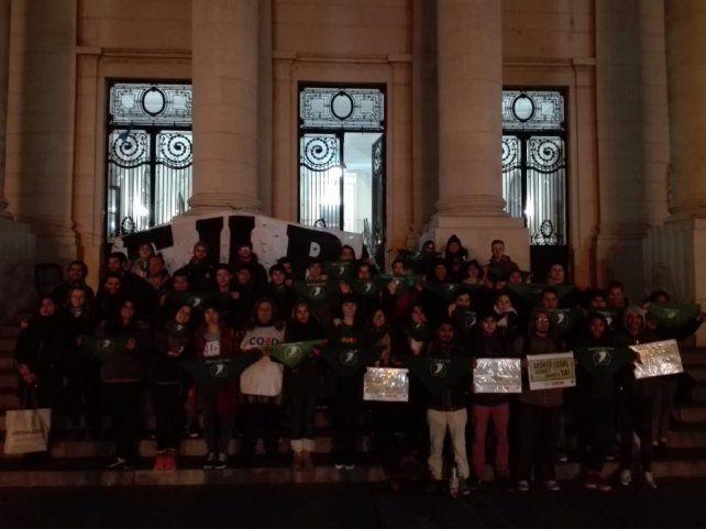 Los alumnos en las escalinatas de la Facultad se manifestaron en apoyo a la despenalización del aborto. (Fotos:@fteestevita)