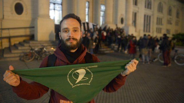 A favor. Un estudiante de Medicina muestra el pañuelo de la Campaña Nacional por el Derecho al Aborto Legal, anoche, en las puertas de la facultad.
