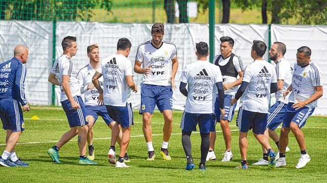 En movimiento. El preparador físico Jorge Desio ordena un ejercicio de reacción. Argentina ultima detalles para el debut.