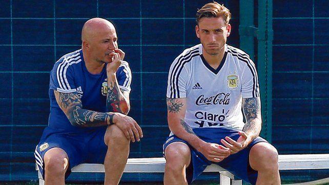 Charla. Sampaoli dialoga con Biglia durante un alto del entrenamiento del seleccionado argentino.