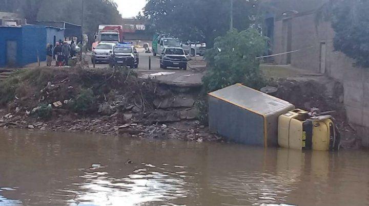 Así quedó el camión tras caer al arroyo Saladillo.