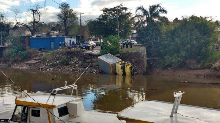 El conductor se quedó sin frenos y cayó al arroyo Saladillo.