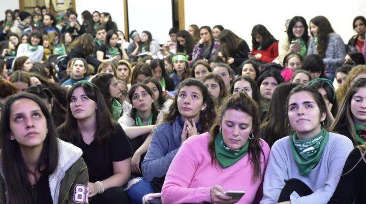 La vigilia por la ley del aborto se vivió desde temprano en la Facultad de Humanidades.