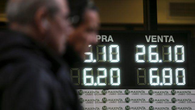 El dólar bajó hasta $26 cuando intervino el Central. Después pegó el salto.