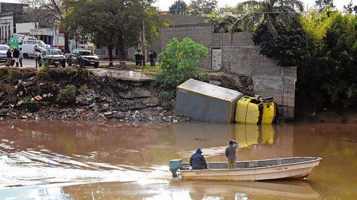 El camión quedó volcado de costado en el arroyo.