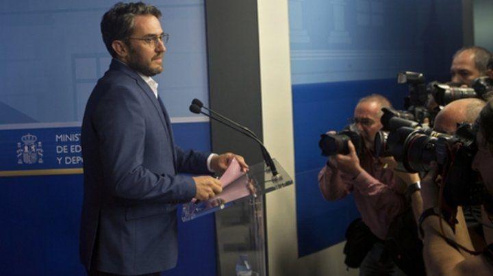 Anuncio. Huerta se prepara para leer una declaración ante los periodistas y anunciar su partida del gobierno.