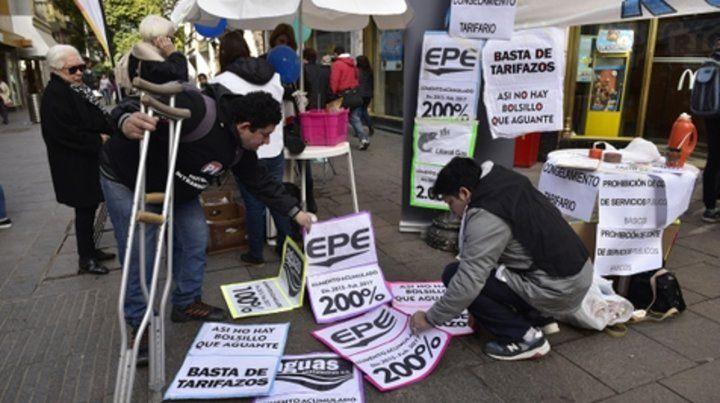 Efecto aumentos. Una de las protestas llevadas a cabo en pleno centro de la ciudad puso de manifiesto el malestar de los clientes de las empresas de servicios.