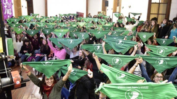 La Facultad de Humanidades de la UNR se llenó de pañuelos verdes.