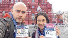 Acreditados. Yésica Brumec y su colega de equipo, Leonardo La Valle, muestran sus credenciales de periodistas desde Rusia.