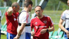 Protagonista. Sergio de San Martín habla con un jugador en un alto de la práctica previa al debut de hoy.