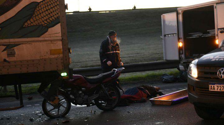 El motociclista falleció en el acto. Fue poco después de las 5.