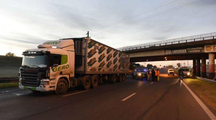 Un motociclista murió al chocar contra un camión que estaba detenido por el paro de choferes