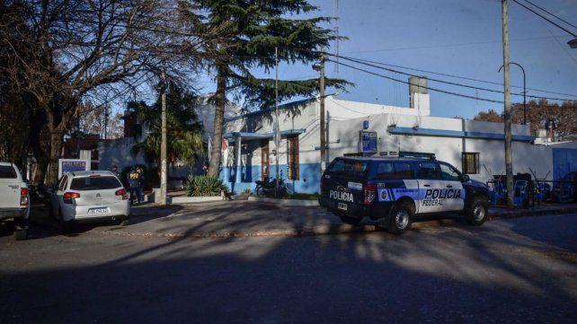Agentes de la Policía Federal esta mañana en la seccional de Sarmiento y Ameghino.