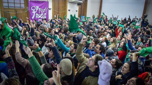Pañuelos en alto en el salón de actos de Humanidades al momento de la votación en Diputados.