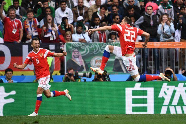 {altText(Dzyuba (#22) marcó el tercero para la goleada rusa en el arranque del Mundial.,Rusia goleó 5 a 0 a Arabia Saudita en el arranque del Mundial)}