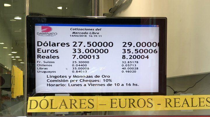 El dólar tocó los 29 pesos en Rosario y cerró en $28,60