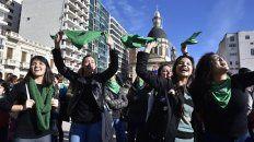 Los festejos por la media sanción a la ley de legalización del aborto llegaron al Monumento a la Bandera.