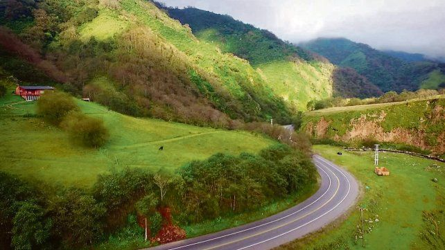 En la 307. El camino hacia Tafí del Valle atraviesa sierras cubiertas de una tupida vegetación en distintos tonos de verdes