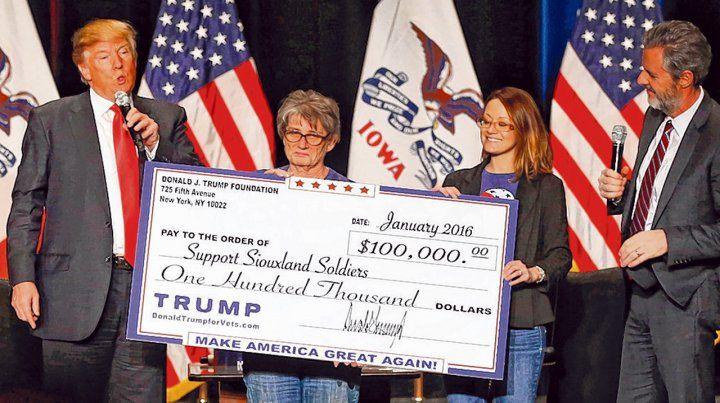 ¿caridad? Donald Trump durante un acto de entrega de fondos en Iowa
