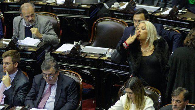 Besos en el recinto. Carrió tuvo gestos irónicos hacia los legisladores kirchneristas.