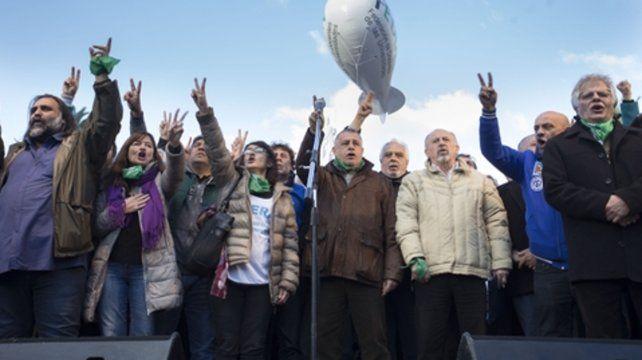 Movilización. Los dirigentes de las CTA y de Camioneros encabezaron un masivo acto en Plaza de Mayo.