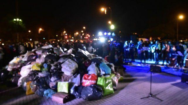 Montaña de donaciones. Las mantas se juntaron durante un festival que le puso música a la noche de Rosario.