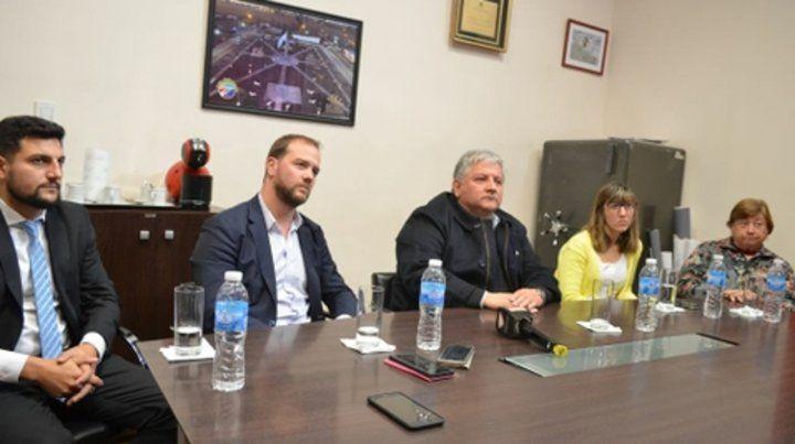 Presentación. González y los apoderados de la empresa constructora.