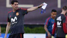 En vos confío. El nuevo entrenador, Fernando Hierro, descansa en el inagotable talento de Iniesta para capear el temporal.