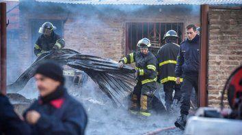 Bomberos Zapadores trabajan en el lugar del trágico incendio.