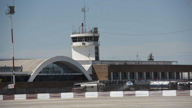 El aeropuerto de Fisherton. El avión de Latam durmió toda la noche en pista.