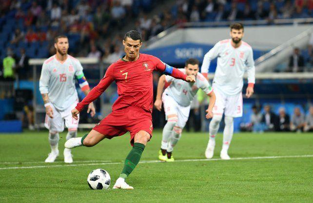 Cristiano Ronaldo transforma en gol el penal que le cometieron y pone el 1 a 0 para el equipo lusitano.
