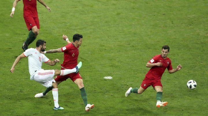 Diego Costa saca el derechazo que significó el 1 a 1 español ante Portugal.