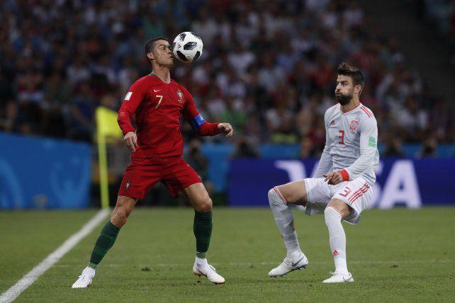 Cristiano Ronaldo maniobra ante la marca de Gerard Piqué.