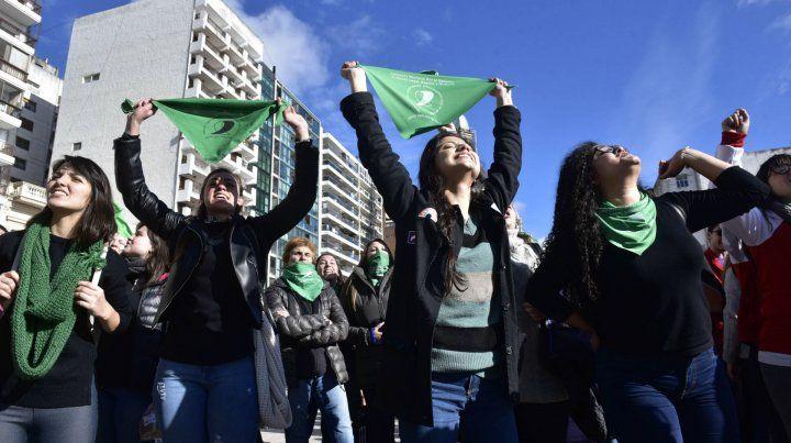 Festejos. El colectivo de mujeres salieron a las calles tras la votación.