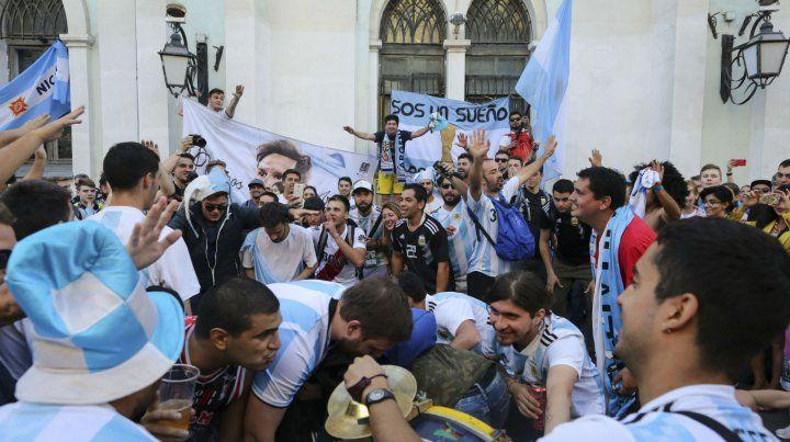 De Rusia con amor. Lionel Messi bajó del micro que llevó al plantel argentino a un hotel de Moscú y les dedicó tiempo a todos los hinchas que querían sacarse fotos y pedirle un autógrafo.