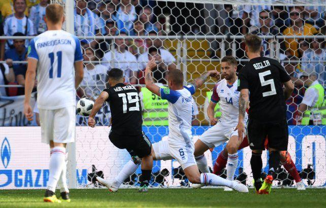 Agüero saca el zurdazo y marca el 1 a 0 para Argentina. Fue su primer gol en un Mundial.