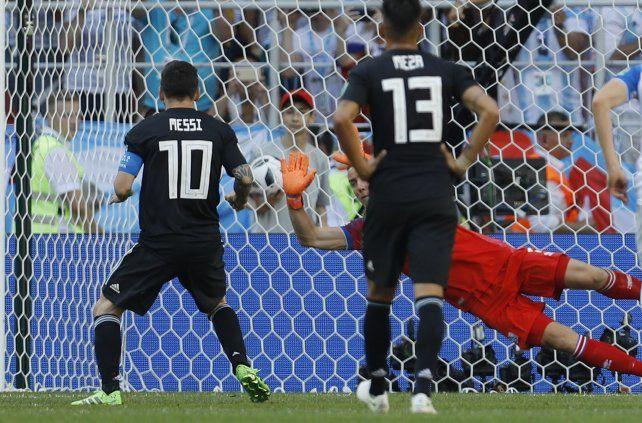 Halldorsson le adivina la intenció a Messi y le contiene el penal.