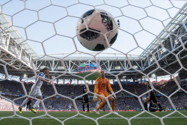 Argentina tuvo un flojo debut y empató 1 a 1 con la debutante Islandia