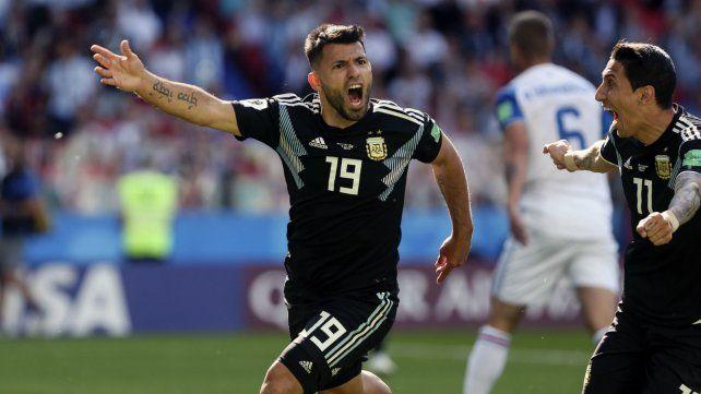 El Kum festeja la conversión de su gol.