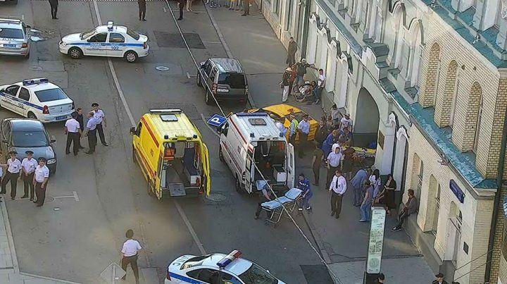 Policías y médicos trabajan en el lugar donde se produjo el incidente en el centro de Moscú.