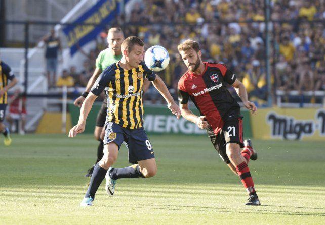 Postal del clásico. Marco Ruben y Juan Ignacio Sills disputan la pelota. Por ahora sólo se juega el derby por los puntos.