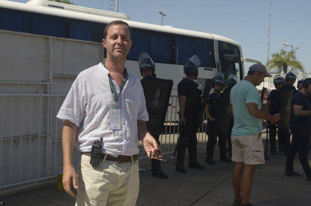 En acción. Diego Maio coordina los operativos que se realizan en los estadios.