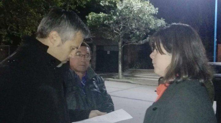 Explicaciones. Busatto fue interceptado por vecinos en una recorrida por la ciudad de San Jorge.
