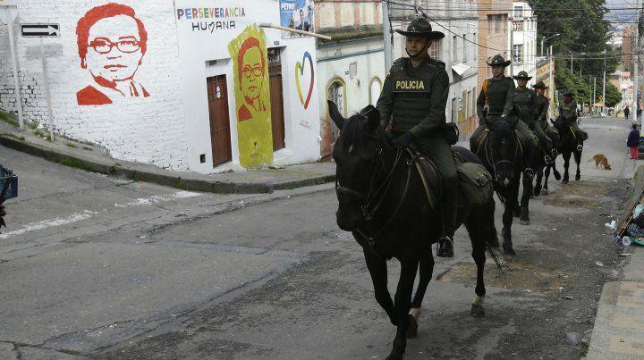 Policía montada se despliega en los barrios de Bogotá para custodiar las mesas electorales. Atrás