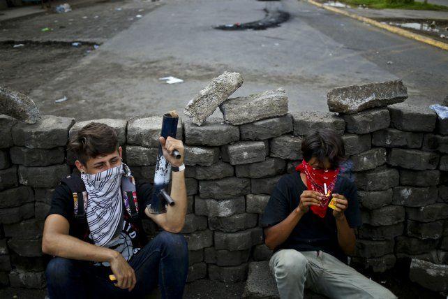Estudiantes se toman un descanso en una barricada en Managua