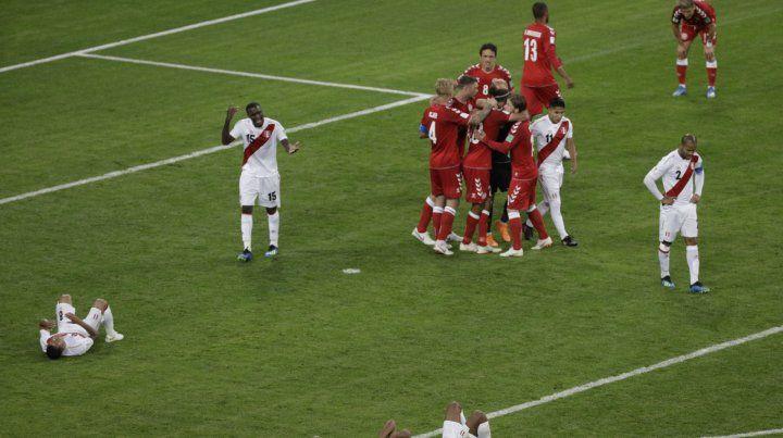 Final. Los daneses celebran el triunfo en medio de la desazón de los peruanos.