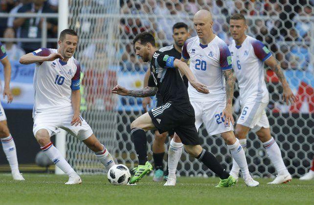 Se perfila. Messi acomoda la pelota para su zurda