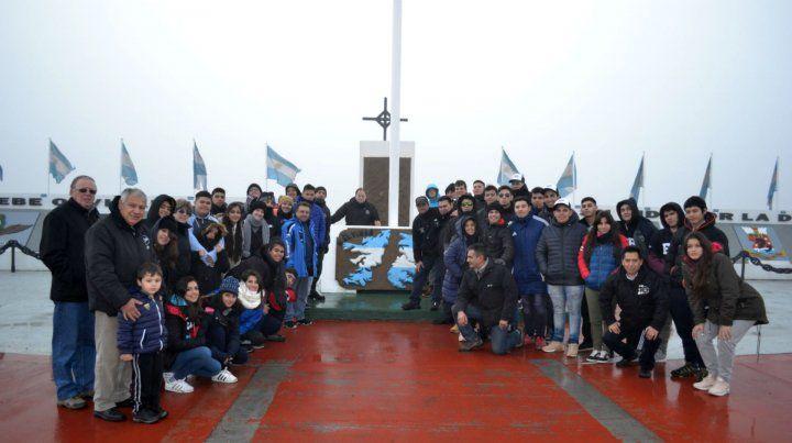 Los alumnos de las dos escuelas en su visita al Monumento a los Héroes de Malvinas