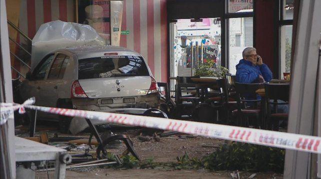 Tres heridos al incrustarse un auto en una pizzería