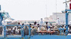Valencia. Los migrantes llegaron ayer al puerto español, donde fueron recibidos en un operativo humanitario.